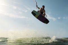 Surfer die voor de camera springen Royalty-vrije Stock Foto