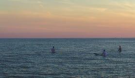 Surfer, die Wellen warten Stockbild