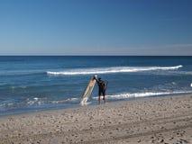 Surfer die zich op het strand bevindt Royalty-vrije Stock Foto