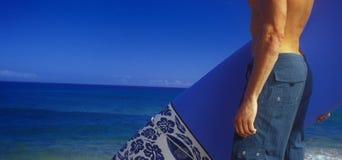 Surfer door blauwe oceaan stock fotografie