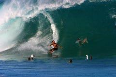 Surfer dorien de Shane de pro surfer à la canalisation Images libres de droits