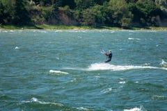 Surfer eines Drachens laufen über dem Meer stockfoto