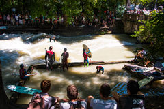Surfer in Eisbach royalty-vrije stock afbeelding