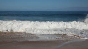 Surfer en brekende golven stock videobeelden