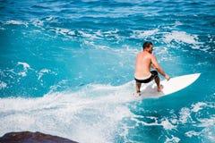 Surfer en Hawaï photos libres de droits