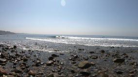 Surfer en plage de Topanga banque de vidéos