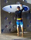 Surfer en raad bij het Strand van Venetië, CA royalty-vrije stock foto's