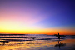 Surfer en zonsondergang Royalty-vrije Stock Afbeelding