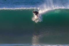 Surfer enlèvent la vague Images stock