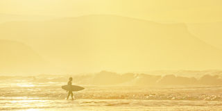 Surfer entering water Royalty Free Stock Images