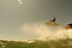 Surfer erhält Luft in Nordkalifornien Stockbilder