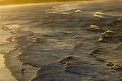 Surfer et coucher du soleil Photographie stock libre de droits