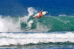 Surfer Evyn die Tyndzik in Honolulu, Hawaï surft stock afbeelding