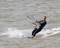 Surfer féminin de cerf-volant en mer Images stock