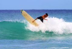 Surfer-Gavin-junges Surfen am Waikiki Strand Stockbild