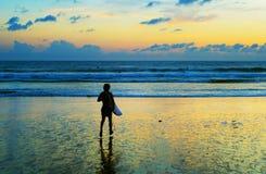 Surfer going to surf ocean lizenzfreies stockfoto