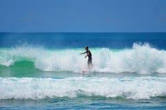 Surfer in groenachtig blauw in de oceaangolf, het surfen Indonesië, Bali, 10 November 2011 Royalty-vrije Stock Afbeeldingen