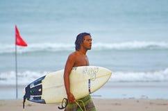 Surfer in groenachtig blauw in de oceaangolf, het surfen Indonesië, Bali, 10 November 2011 Stock Foto's