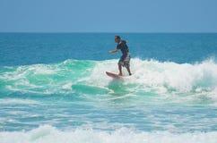 Surfer in groenachtig blauw in de oceaangolf, het surfen Indonesië, Bali, 10 November 2011 Royalty-vrije Stock Foto
