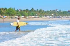 Surfer in groenachtig blauw in de oceaangolf, het surfen Indonesië, Bali, 10 November 2011 Stock Afbeeldingen