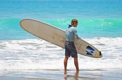 Surfer in groenachtig blauw in de oceaangolf, het surfen Indonesië, Bali, 10 November 2011 Stock Afbeelding