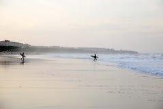 Surfer herein und heraus Lizenzfreie Stockfotografie