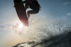 Surfer het bespatten en wat betreft de zon Stock Foto's