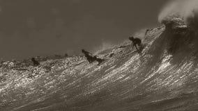Surfer het dalen binnen bij Waimea-Baai Royalty-vrije Stock Fotografie