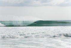 Surfer het krijgen barrelled Stock Foto's