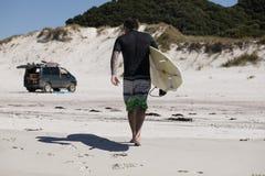 Surfer het Lopen Royalty-vrije Stock Afbeelding