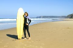 Surfer with his surfboard Royalty Free Stock Photos