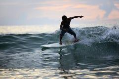 Surfer im Ozean lizenzfreies stockfoto