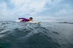 Surfer junger Dame Lizenzfreie Stockfotografie