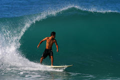 Surfer Kai Rabago, das am Waikiki Strand surft lizenzfreie stockfotos