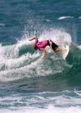 Surfer Kelly Slater dans le concours surfant Images libres de droits