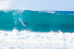 Surfer Kelly Slater Surfing Pipeline in Hawaï Stock Foto