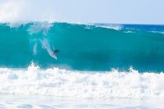 Surfer Kelly Slater Surfing Pipeline in Hawaï Stock Foto