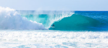 Surfer Kelly Slater Surfing Pipeline in Hawaii Lizenzfreie Stockbilder