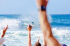 Surfer Kelly Slater Surfing Pipeline in Hawaii Stockfotos