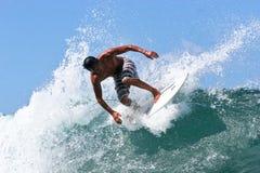 Surfer Kirby die Fukunaga in Hawaï surft royalty-vrije stock afbeeldingen