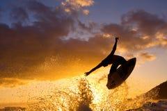 Surfer krijgt Grote Lucht bij Zonsondergang Royalty-vrije Stock Afbeeldingen