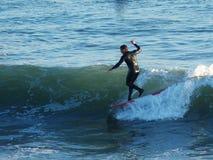 Surfer Kyle die Jouras in Kerstman Cruz, Californië surfen royalty-vrije stock foto's