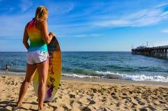 Surfer-Mädchen am Balboa Pier Beach Stockbilder