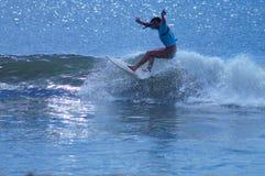 Surfer-Mädchen, das eine Welle in den äußeren Banken von NC schnitzt lizenzfreie stockfotos