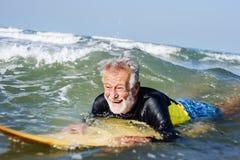 Surfer mûr prêt à attraper une vague Images stock