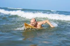 Surfer mûr prêt à attraper une vague Images libres de droits