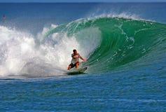 Surfer Makua die Rothman in Hawaï surft stock afbeelding