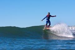 Surfer Marciano Cruz Surfing in Californië stock afbeelding
