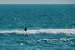 Surfer masculin dans l'océan, concept de fond d'été image stock
