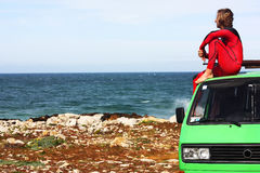 Surfer met zijn retro bestelwagen Stock Foto